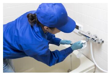 養生作業を掃除をしているイメージの画像